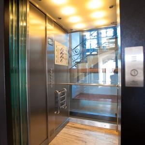 Kabina proskleného výtahu na zámku Valeč