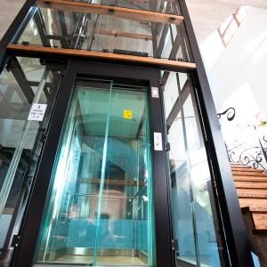 Kabina osobního výtahu na zámku Valeč