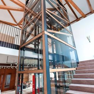 Umístění výtahu ve schodišti na zámku Valeč