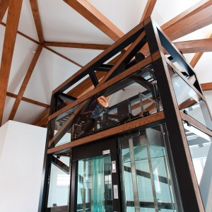 Umístění proskleného výtahu ve schodišti zámek Valeč