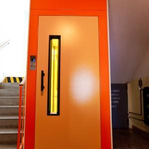 Vstup do osobního výtahu pro panelový dům v Třebíči