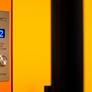 Detail osobního výtahu pro panelový dům v Třebíči s ovládacím prvkem