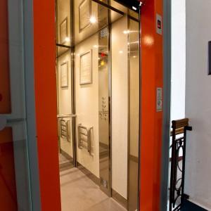Vstup do kabiny panoramatického výtahu pro historickou budovu v Třebíči