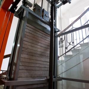 Technické zázemí panoramatického výtahu pro historickou budovu v Třebíči na Vysočině