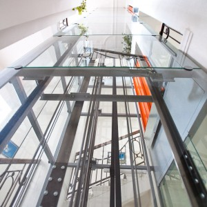 Prosklená konstrukce nového výtahu v Třebíči na Vysočině