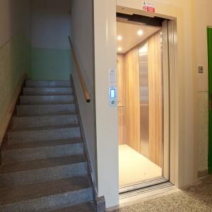 Kabina a vstup do nového osobního výtahu v Kroměříži