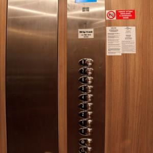 Ovládací panel nového osobního výtahu v Kroměříži na Moravě