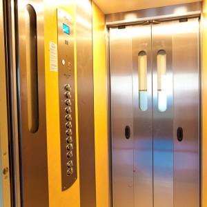 Kabina, dveře a ovládací panel nového osobního výtahu v Kroměříži
