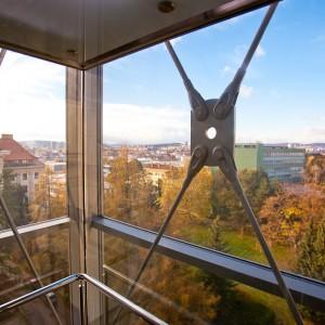 Výhľad z panoramatického výťahu v budove A Mendelovej univerzity v Brne
