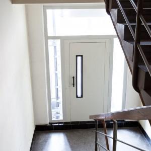 Pohled na vchod k modernímu výtahu v Brně Botanická