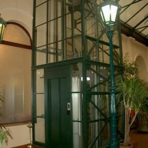 Kabina moderního trakčního výtahu v Hotelu Rott v Praze