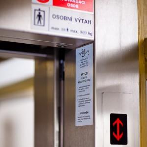 Hydraulický výtah na obecním úřadu Rouchovany