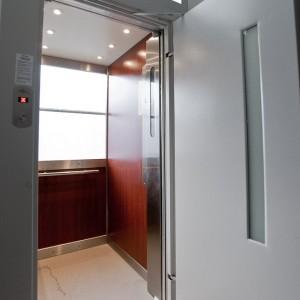 Interiér a dveře nového moderního osobního výtahu v Brně na ulici Botanická od VÝTAHY, s.r.o.