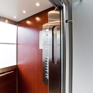 Interiér moderního osobního výtahu v Brně na ulici Botanická