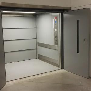 Nákladní trakční výtah ve firmě ALPA Velké Meziříčí na Vysočině a jeho kabina se vstupním prostorem
