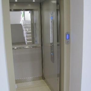 Hydraulický výtah v bytovém domě v Brně
